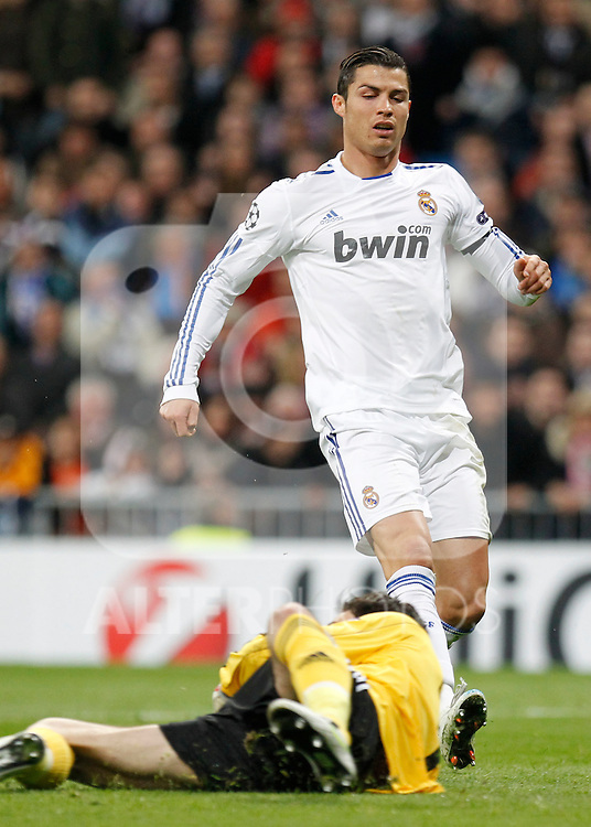 Madrid (16/03/2011).- Estadio Santiago Bernabeu..UEFA Champion League..Real Madrid 3 - Olympique Lyonnais 0.Cristiano Ronaldo, Lloris...©Alex Cid-Fuentes/ALFAQUI...