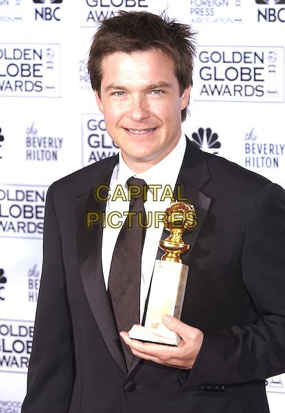 JASON BATEMAN.At the 62nd Annual Golden Globe Awards, Beverly Hilton Hotel, Los Angeles, USA, January 16th 2005.                 .half length trophy award.Ref: PL.www.capitalpictures.com.sales@capitalpictures.com.©Capital Pictures.