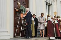 """Bundespraesident Frank-Walter Steinmeier und seine Frau Elke Buedenbender haben am Samstag den 6. Januar 2018 eine Abordnung der Sternsinger im Schloss Bellevue empfangen. Die 39 Jungen und Maedchen aus dem Bistum Eichstaett schrieben am Dreikoenigsfest den Schriftzug """"C+M+B"""" an das grosse Portal des praesidialen Amtssitzes in Berlin. Die Buchstaben stehen fuer den lateinischen Satz """"Christus mansionem benedicat"""" (Christus segne dieses Haus).<br /> Bei der jaehrlichen katholischen Sternsinger-Aktion sammeln Maedchen und Jungen in ganz Deutschland rund um den Jahreswechsel fuer Not leidende Kinder in aller Welt. Als  Heilige Drei Koenige verkleidet ziehen sie von Tuer zu Tuer.<br /> Die diesjaehrige Kampagne steht unter dem Leitwort """"Segen bringen, Segen sein. Gemeinsam gegen Kinderarbeit - in Indien und weltweit!"""". Schaetzungen gehen von rund 152 Millionen arbeitenden Kindern weltweit aus. Im Schwerpunktland Indien sind es den Angaben zufolge zwischen zwoelf und 60 Millionen.<br /> Der seit Maerz amtierende Bundespraesident Steinmeier empfing zum ersten Mal die Sternsinger. Er setzte damit eine Tradition fort, die schon seine Amtsvorgaenger Karl Carstens, Roman Herzog, Johannes Rau, Horst Koehler, Christian Wulff und Joachim Gauck gepflegt hatten.<br /> Im Bild: Die 13jaehrige Elisabeth schreibt den traditionellen Segensspruch an das Portal des Schloss Bellevue und der Bundespraesident haelt ihr dabei die Leiter fest.<br /> 6.1.2018, Berlin<br /> Copyright: Christian-Ditsch.de<br /> [Inhaltsveraendernde Manipulation des Fotos nur nach ausdruecklicher Genehmigung des Fotografen. Vereinbarungen ueber Abtretung von Persoenlichkeitsrechten/Model Release der abgebildeten Person/Personen liegen nicht vor. NO MODEL RELEASE! Nur fuer Redaktionelle Zwecke. Don't publish without copyright Christian-Ditsch.de, Veroeffentlichung nur mit Fotografennennung, sowie gegen Honorar, MwSt. und Beleg. Konto: I N G - D i B a, IBAN DE58500105175400192269, BIC INGDDEFFXXX, Kontakt: post@ch"""