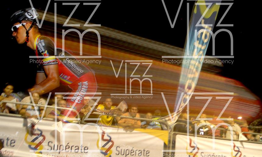 COLOMBIA. 16-08-2014. Deivis Rubio ciclista durante la contrarreloj individual nocturna de 17.5 Km en la penúltima etapa de la Vuelta a Colombia 2014 en bicicleta que se cumple entre el 6 y el 17 de agosto de 2014. / Deivis Rubio cyclist during the night individual time trial of 17.5 Km in the penultimate stage of the Tour of Colombia 2014 in bike holds between 6 and 17 of August 2014. Photo:  VizzorImage/ José Miguel Palencia / Str