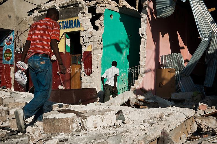 Des rescapés du séisme du 12/01/2010 récupèrent des affaires dans leurs maisons détruites sur Grand Rue, à Port-au-Prince, le 22/01/2010.