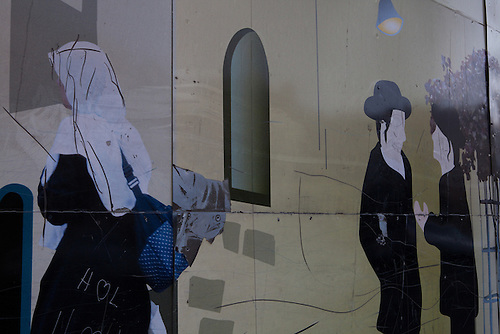Silwan, Jerusalem, Octobre 2011. Sur des murs de la cite de David, un projet de renovation archeologique a la gloire du prophete david. Les images des palissade montrent un propagande de vivre-ensemble, tandis que ce projet est considere par de nombreuses associations comme l'un des exemples les plus frappant de nettoyage ethnique de la cite.