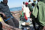 Surexploitation ? Devant les 15 caisses de sardinelles juvéniles débarquées ce jour-là, un « transporteur » nous interpelle : « Que pêcheront-ils la prochaine fois ? Les oeufs ? »