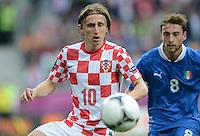 FUSSBALL  EUROPAMEISTERSCHAFT 2012   VORRUNDE Italien - Kroatien                    14.06.2012 Luka Modric (li, Kroatien) gegen Claudio Marchisio (re, Italien)