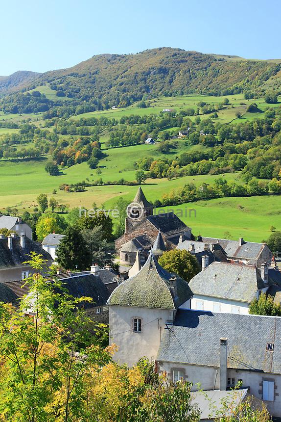 France, Cantal (15), Monts du Cantal, Cheylade, vue sur le village surplombant la vallée de la petite Rhue // France, Cantal, Monts du Cantal, Cheylade, the village in the valley of the Petite Rhue