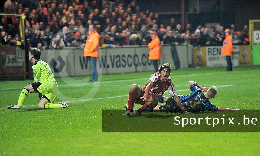 KV Kortrijk - Club Brugge KV : Pablo Chavarrio scoort de 1-1 gelijkmaker voorbij Colin Coosemans.foto VDB / BART VANDENBROUCKE
