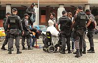 RIO DE JANEIRO, RJ, 12.12.2013 - ATO CONTRA CONDIÇÕES DA CIDADE E A PRISÃO DE MANIFESTANTES - Manifestantes são revistado pela policia antes do ato realizado ato pelo centro da contra a condição da cidade mediante o caos que se instalou na por conta da chuva de quarta feira e a prisão de manifestantes nessa quinta 12. (Foto: Levy Ribeiro / Brazil Photo Press)