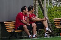 SÃO PAULO, SP, 16 DE SETEMBRO DE 2013 - TREINO SAO PAULO - O técnico Muricy Ramalho (E) durante treino do São Paulo, no CT da Barra Funda, região oeste da capital, na tarde desta segunda feira, 16. FOTO: ALEXANDRE MOREIRA / BRAZIL PHOTO PRESS