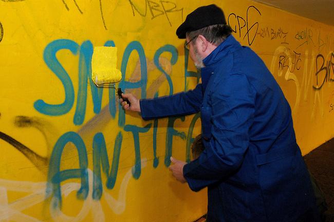 Rechtsradikale Grafittis in Berlin-Lichtenberg<br /> Hier: Ein Grafitti &quot;Smash Aintifa (Zerschlagt die Antifa). Derartige Grafittis gehoeren in Lichtenberg zum Strassenbild.<br /> Am 8. Januar 2006 uebermalten Anwohner diese Parolen.<br /> 8.1.2006, Berlin<br /> Copyright: Christian-Ditsch.de<br /> [Inhaltsveraendernde Manipulation des Fotos nur nach ausdruecklicher Genehmigung des Fotografen. Vereinbarungen ueber Abtretung von Persoenlichkeitsrechten/Model Release der abgebildeten Person/Personen liegen nicht vor. NO MODEL RELEASE! Nur fuer Redaktionelle Zwecke. Don't publish without copyright Christian-Ditsch.de, Veroeffentlichung nur mit Fotografennennung, sowie gegen Honorar, MwSt. und Beleg. Konto: I N G - D i B a, IBAN DE58500105175400192269, BIC INGDDEFFXXX, Kontakt: post@christian-ditsch.de<br /> Bei der Bearbeitung der Dateiinformationen darf die Urheberkennzeichnung in den EXIF- und  IPTC-Daten nicht entfernt werden, diese sind in digitalen Medien nach &sect;95c UrhG rechtlich geschuetzt. Der Urhebervermerk wird gemaess &sect;13 UrhG verlangt.]