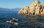 Descente des côtes corses (ici calanques de Piana vers Porto . Raid de 10 jours en kayak  de mer en bivouaquant sur les plages. Corse (côte ouest). France...