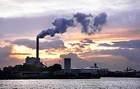 Nederland Amsterdam - November 2019. Noordzeekanaal. De haven van Amsterdam. De kolencentrale van Nuon aan de Hemweg. Foto Berlinda van Dam / Hollandse Hoogte