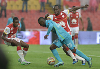 BOGOTÁ -COLOMBIA, 07-11-2015. Baldomero Perlaza (Izq) de Independiente Santa Fe disputa el balón con Marlos Moreno (Der) jugador de Atlético Nacional durante partido por la fecha 19 de la Liga Aguila II 2015 jugado en el estadio Nemesio Camacho El Campín de la ciudad de Bogotá./ Baldomero Perlaza player (L) of Independiente Santa Fe fights for the ball with Marlos Moreno (R) player of Atletico Nacional during the match for the date 19 of the Aguila League II 2015 played at Nemesio Camacho El Campin stadium in Bogotá city. Photo: VizzorImage/ Gabriel Aponte / Staff