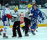 Eishockey, DEL, Deutsche Eishockey Liga 2003/2004 , 1.Bundesliga Arena Nuernberg (Germany) Nuernberg Ice Tigers - Iserlohn Roosters (7:2) Schlaegerei von den Linienrichtern getrennt, links Konstantin Firsanov (IceTigers), rechts Lars Brueggemann (Iserlohn)