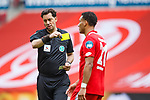 Karim Onisiwo (FSV Mainz 05) bekommt die gelbe Karte von Schiedsrichter Manuel Graefe (Berlin), <br /> <br /> Sport: Fussball: 1. Bundesliga:: nphgm001:  Saison 19/20: 33. Spieltag: 1. FSV Mainz 05 vs SV Werder Bremen 20.06.2020<br /> Foto: Neis/Eibner/Pool/via gumzmedia/nordphoto<br /><br />DFB regulations prohibit any use of photographs as image sequences and/or quasi-video.<br />Editorial Use ONLY<br />National and International News Agencies OUT<br />  DFL REGULATIONS PROHIBIT ANY USE OF PHOTOGRAPHS AS IMAGE SEQUENCES AND OR QUASI VIDEO<br /> EDITORIAL USE ONLY<br /> NATIONAL AND INTERNATIONAL NEWS AGENCIES OUT
