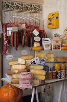 Europe/Espagne/Baléares/Minorque/Mahon : Le marché du cloître - Fromages de Mahon et charcuteries minorquines
