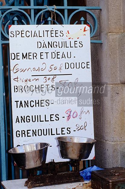Europe/France/Pays de la Loire/44/Loire-Atlantique/Guérande: Marché devant la collégiale Saint-Aubin<br /> PHOTO D'ARCHIVES // ARCHIVAL IMAGES<br /> FRANCE 1990