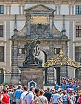Praga, stolica Czech. 2013-07-23. Kompleks zamku królewskiego na Hradczanach. Uroczysta Zmiana Warty Honorowej na Zamku Praskim.