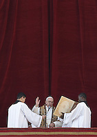 Papa Francesco impartisce la benedizione Urbi et Orbi in occasione del Natale, dalla loggia centrale della Basilica di San Pietro, Citta' del Vaticano, 25 dicembre 2015.<br /> Pope Francis delivers the Urbi et Orbi (To the City and to the World) blessing on the occasion of the Christmas day from the central loggia of St. Peter's Basilica, Vatican, 25 December 2015.<br /> UPDATE IMAGES PRESS/Isabella Bonotto<br /> <br /> STRICTLY ONLY FOR EDITORIAL USE