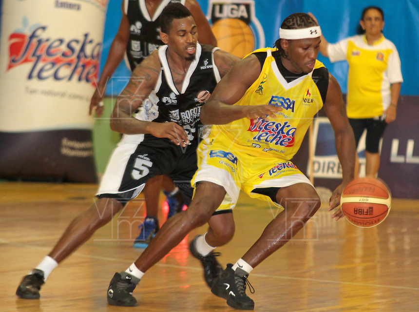 BUCARAMANGA -COLOMBIA, 25-03-2013. Tayron Thomas de Piratas disputa el balón con Jason Edwin de Búcaros durante  partido de la décimanovena fecha de la Liga DirecTV de baloncesto profesional colombiano disputado en la ciudad de Bucaramanga./ Tayron Thomas fights for the ball with Jason Edwin of Bucaros during game of the nineteenth date of the DirecTV League of professional Basketball of Colombia at Bucaramanga city. Photo:VizzorImage / Jaime Moreno / STR