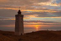 Denmark, Jutland, near Løkken: Rubjerg Knude Fyr (lighthouse), partly submerged by sand drifts, at sunset | Daenemark, Juetland, bei Løkken: Rubjerg Knude Fyr Leuchtturm bei Sonnenuntergang