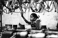 INDIA Tamil Nadu Kanchipuram, girl work in spinning unit  / INDIEN Kinder arbeiten in einer Spinnerei in Kanchipuram