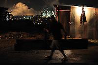 SAO PAULO, SP,27 de junho 2013-Moradores se prepara com barricadas contra uma reintegracao de posse que esta pra acontecer em Sao Mateus no  Parque Sao Rafael   ADRIANO LIMA / BRAZIL PHOTO PRESS).