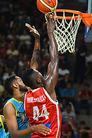 BARRANQUILLA - COLOMBIA. 22-11-2019: Michael Hinestoza de Titanes disputa el balón con Tonny Trocha de Warriors durante el quinto partido por la semifinal entre Titanes de Barranquilla y Warriors de San Andrés como parte de la Liga Profesional de Baloncesto de Colombia 2019 realizado en el Coliseo Elías Chewing Barranquilla, Colombia. / Michael Hinestoza of Titanes vies the ball with Tonny Trocha of Warriors during fifth semifinal match between Titanes de Barranquilla and Warriors de San Andres as part of Professional Basketball League of Colombia 2019 played at Elias Chewing coliseum in Barranquilla, Colombia. Photo: VizzorImage / Alfonso Cervantes / Cont