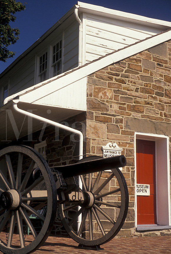 AJ3180, Gettysburg, civil war, museum, Pennsylvania, A cannon is displayed outside General Lee's Headquarters Museum a stone house that dates from the early 1800's in Gettysburg in the state of Pennsylvania.