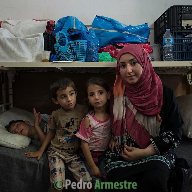 15 septiembre 2015. Ceti-Melilla <br /> Sheila tiene dos hijos de 6 a&ntilde;os, Fatima y Rachid con los que permanece en en el Centro de Estancia Temporal de Inmigrantes (Ceti). El padre de los ni&ntilde;os est&aacute; en Nador y no tiene dinero para cruzar la frontera y reunirse con su familia. La ONG Save the Children exige al Gobierno espa&ntilde;ol que tome un papel activo en la crisis de refugiados y facilite el acceso de estas familias a trav&eacute;s de la expedici&oacute;n de visados humanitarios en el consulado espa&ntilde;ol de Nador. Save the Children ha comprobado adem&aacute;s c&oacute;mo muchas de estas familias se han visto forzadas a separarse porque, en el momento del cierre de la frontera, unos miembros se han quedado en un lado o en el otro. Para poder cruzar el control, las mafias se aprovechan de la desesperaci&oacute;n de los sirios y les ofrecen pasaportes marroqu&iacute;es al precio de 1.000 euros. Diversas familias han explicado a Save the Children c&oacute;mo est&aacute;n endeudadas y han tenido que elegir qui&eacute;n pasa primero de sus miembros a Melilla, dejando a otros en Nador.  &copy; Save the Children Handout/PEDRO ARMESTRE - No ventas -No Archivos - Uso editorial solamente - Uso libre solamente para 14 d&iacute;as despu&eacute;s de liberaci&oacute;n. Foto proporcionada por SAVE THE CHILDREN, uso solamente para ilustrar noticias o comentarios sobre los hechos o eventos representados en esta imagen.<br /> Save the Children Handout/ PEDRO ARMESTRE - No sales - No Archives - Editorial Use Only - Free use only for 14 days after release. Photo provided by SAVE THE CHILDREN, distributed handout photo to be used only to illustrate news reporting or commentary on the facts or events depicted in this image.