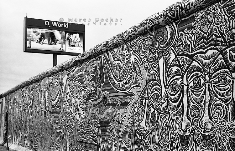 Berlino, resti del Muro (East Side Galley). Volti e pannello pubblicitario O2 World --- Berlin, remains of the Wall (East Side Gallery). Faces and advertising panel of O2 World