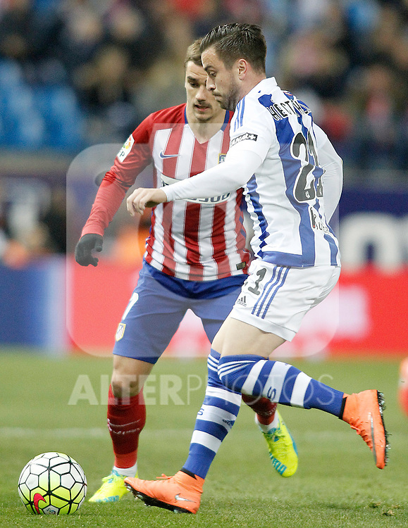 Atletico de Madrid's Antoine Griezmann (l) and Real Sociedad's Hector Hernandez during La Liga match. March 1,2016. (ALTERPHOTOS/Acero)