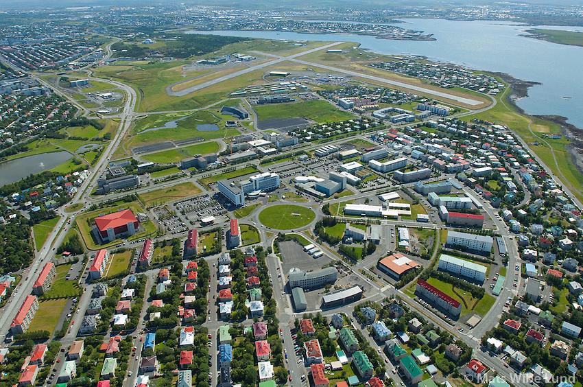 Reykjavík vesturbær, séð til suðausturs; Bændahöllinn og Hotel Saga, Hagar og Melar , Reykjavíkurflugvöllur í baksýni  /  Reykjavik, viewing southeast;  Hotel Saga Radisson, Hagar and Melar districts. Reykjavik domestic airport in background.
