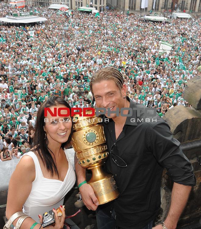 DFB Pokal 2008/2009 - Finale 30.05.2009 Maenner<br /> <br /> Bayer Leverkusen - Werder Bremen<br /> <br /> Feier in Bremen am 31.05.2009 auf dem Rathausvorplatz und auf dem Rathausbalkon<br /> hier: Keeper Tim Wiese ( Bremen GER #1) mit Lebensgef&auml;hrtin Grit Freiberg und dem Pokal<br /> <br /> Foto &copy; nph / Kokenge