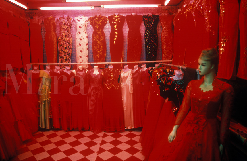 RED DRESSES, MANNEQUIN