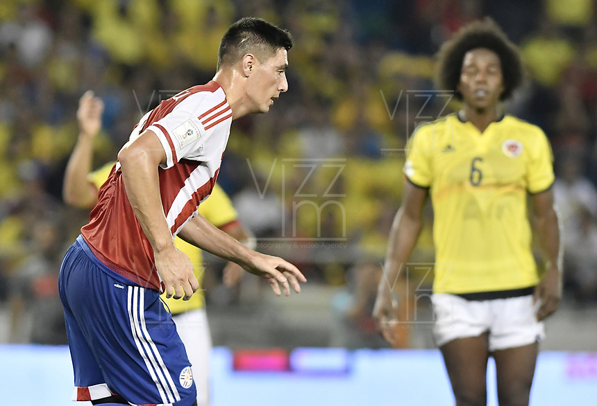 BARRANQUILLA - COLOMBIA - 05-10-2017:  Oscar Cardozo jugador de Paraguay celebra después de anotar el primer gol a Colombia durante partido de la fecha 17 para la clasificación a la Copa Mundial de la FIFA Rusia 2018 jugado en el estadio Metropolitano Roberto Melendez en Barranquilla. /  Oscar Cardozo player of Paraguay celebrates after scoring the first goal to Colombia during match of the date 17 for the qualifier to FIFA World Cup Russia 2018 played at Metropolitan stadium Roberto Melendez in Barranquilla. Photo: VizzorImage/ Gabriel Aponte / Staff