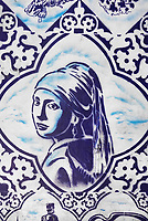 Nederland Delft - 2018. Muurschildering van Hugo Kaagman in het centrum van Delft. Het Meisje met de Parel van Johannes Vermeer.  Foto Berlinda van Dam / Hollandse Hoogte