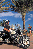 USA, Florida, Fort Lauderdale: Police officer mit Harley Davidson | USA, Florida, Fort Lauderdale: Police officer with Harley Davidson