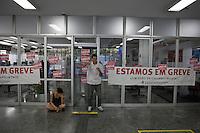 ATENCAO EDITOR IMAGEM EMBARGADA PARA VEICULOS INTERNACIONAIS  - SAO PAULO, SP , 18/09/2012 - GREVE BANCARIOS SP. - Os bancários de todo o País entraram em greve por tempo indeterminado a partir de hoje 18. As reivindicações dos trabalhadores, que pedem 10,25%, sendo 5,0% de aumento real. Além do reajuste salarial, os trabalhadores pleiteiam mudanças na participação nos lucros e resultados (PLR). Na foto popular passa em frente a uma agencia na praça da republica, centro , SP<br /> FOTO VAGNER CAMPOS / BRAZIL PHOTO PRESS