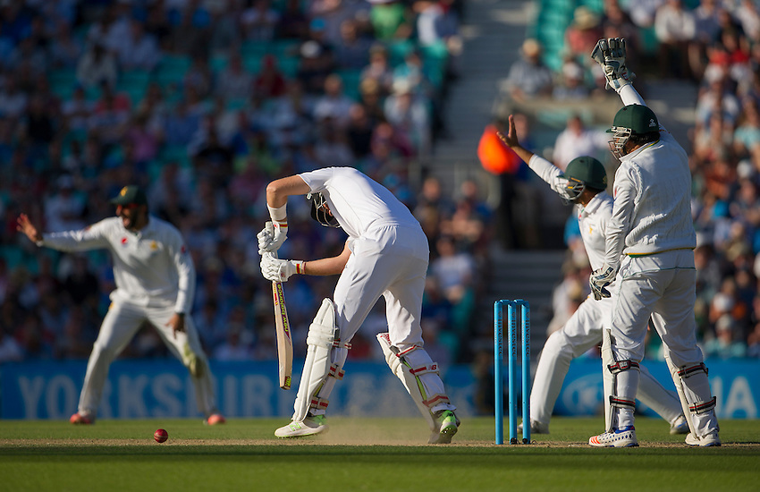 England's Joe Root struck on the pads - Joe Root lbw b Yasir Shah 39<br /> <br /> Photographer Ashley Western/CameraSport<br /> <br /> International Cricket - 4th Investec Test - England v Pakistan - Day 3 - Saturday 13th August 2016 - The Oval - London<br /> <br /> World Copyright &copy; 2016 CameraSport. All rights reserved. 43 Linden Ave. Countesthorpe. Leicester. England. LE8 5PG - Tel: +44 (0) 116 277 4147 - admin@camerasport.com - www.camerasport.com