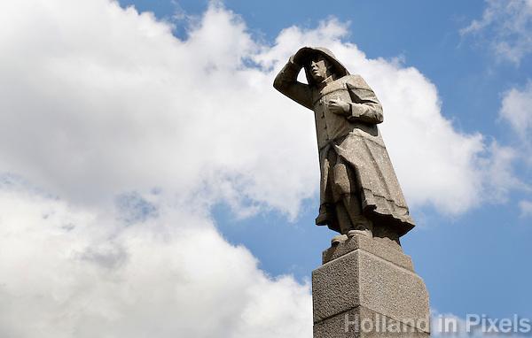 Nederland Amsterdam  2016 04 12. Oorlogsmonument op het Java Eiland. Het monument Zeeman op Uitkijk in Amsterdam is een beeld van een staande mannenfiguur. Het beeld is geplaatst op een zuilvormig voetstuk van beton. Bij het beeld is een plaquette geplaatst, waarop in het kort de geschiedenis van het monument wordt toegelicht. Het gedenkteken is 9 meter hoog.  Foto Berlinda van Dam / Hollandse Hoogte