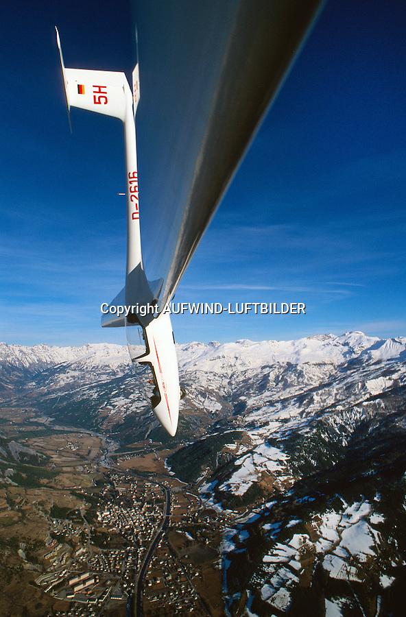 Sturzflug :FRANKREICH, HAUTE ALPES 08.12.2014: Sturzflug mit einem Segelflugzeug vom Typ ASK 21 in den Alpen