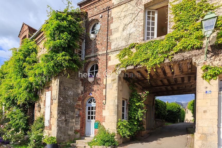 France, Calvados (14), Beaumont-en-Auge, maison et rue du village // France, Calvados, Beaumont en Auge, house and street in the village