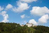 Oesterreich, Oberoesterreich, Neustift im Muehlkreis, Ortsteil Rannariedl: Schloss Rannariedl (auch Rannariegl genannt) oberhalb der Donau | Austria, Upper Austria, Neustift im Muehlkreis, district Rannariedl: Castle Rannariedl (also named Rannariegl) above river Danube
