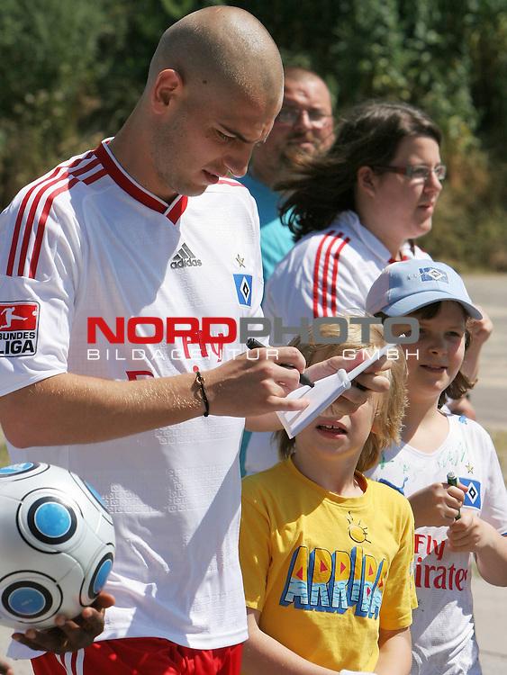 1.Liga FBL 2009/2010 HSV-Trainingsvorbereitung <br /> <br /> Mladen Petric (Nr.10) schreibt fleissig Autogramme.<br /> <br /> <br /> <br /> <br /> Foto &copy; nph (nordphoto)<br /> <br /> *** Local Caption ***
