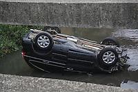 SAO PAULO, SP, 04.09.2014 - ACIDENTE TRANSITO - CARREGO CAI EM CORREGO - Um carro seguia pela Avenida Teresa Cristina, no Ipiranga, quando perdeu a direção, bateu nas grades de proteção e caiu dentro do córrego. O acidente aconteceu perto do Museu do Ipiranga, na madrugada desta quinta-feira (4). O motorista não se machucou. Às 12h, não havia nenhum bloqueio na avenida e o trânsito fluía bem. (Foto: William Volcov / Brazil Photo Press).