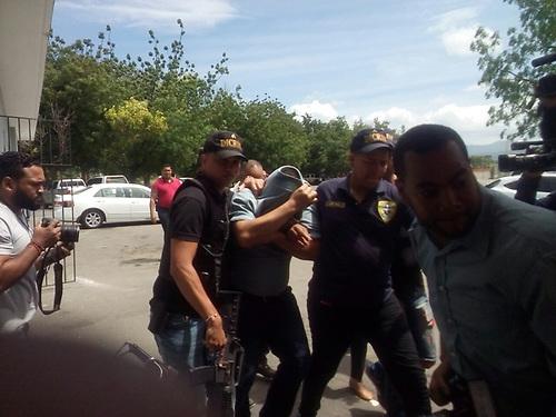 Cubriéndose el rostro, Luis Manuel Méndez Molina (el Paisa), el otro presunto secuestrado.