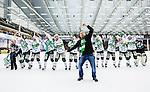 V&auml;ster&aring;s 2014-03-08 Bandy SM-semifinal 4 V&auml;ster&aring;s SK - Hammarby IF :  <br /> V&auml;ster&aring;s spelare och V&auml;ster&aring;s supporter firar segern ute p&aring; planen efter matchen<br /> (Foto: Kenta J&ouml;nsson) Nyckelord:  VSK Bajen HIF jubel gl&auml;dje lycka glad happy supporter fans publik supporters