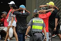 SÃO PAULO, SP, 02.02.2020: POLICIAMENTO-AV-PAULISTA-SP - Polícias militares fazem abordagem de pessoas na avenida Paulista, região central de São Paulo, nesta tarde de domingo, 02. A via fecha para o tráfego de veículos e abre para o lazer todos os domingos e feriados. (Foto: Fábio Vieira/FotoRua)