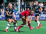 AMSTELVEEN  -  Joelle Ketting (Lar) met Daphne van der Vaart (Pin)  , hoofdklasse hockeywedstrijd dames Pinole-Laren (1-3). COPYRIGHT  KOEN SUYK