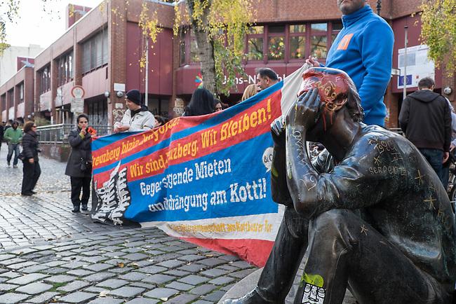 Am 8. November 2014 demonstrierten mehrere hundert Menschen in Berlin Kreuzberg mit der 27. sog. &quot;Laermdemo&quot; gegen steigende Mieten und die Mietenpolitik des Berliner Senat. Ebenso protestierten sie gegen die Praxis der von SPD und Linkspartei privatisierten ehemalig staedtischen Wohnungsbaugesellschaften, die Mieter mit ueberhoehten Betriebs- und Heizkostenforderungen zum Auszug zu bewegen wollen. Die jetzigen Besitzer, mehrheitlich Hegdefonds, fordern von den Bewohnern der ehemaligen Sozialwohnungen bis zu 1.500,- Euro Nachzahlung fuer unklare Betriebs- und Heizkosten.<br /> 8.11.2014, Berlin<br /> Copyright: Christian-Ditsch.de<br /> [Inhaltsveraendernde Manipulation des Fotos nur nach ausdruecklicher Genehmigung des Fotografen. Vereinbarungen ueber Abtretung von Persoenlichkeitsrechten/Model Release der abgebildeten Person/Personen liegen nicht vor. NO MODEL RELEASE! Don't publish without copyright Christian-Ditsch.de, Veroeffentlichung nur mit Fotografennennung, sowie gegen Honorar, MwSt. und Beleg. Konto: I N G - D i B a, IBAN DE58500105175400192269, BIC INGDDEFFXXX, Kontakt: post@christian-ditsch.de<br /> Urhebervermerk wird gemaess Paragraph 13 UHG verlangt.]